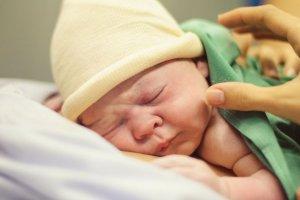 Os testes que todo bebê recém-nascido deve fazer